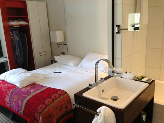 InterContinental Paris-Avenue Marceau : Room + Bath combined together