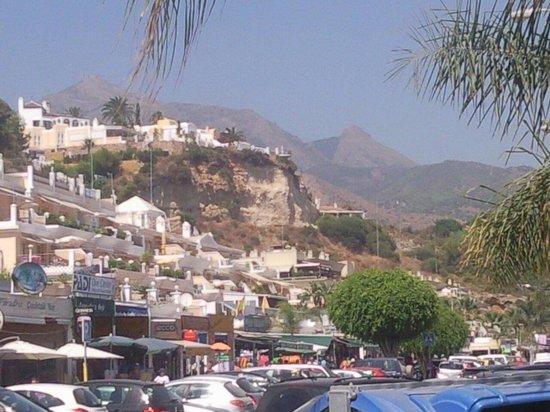 Papagayo Beach: Nerja, Costa del Sol.  Verschiedene Bars und Restaurants am Strand.