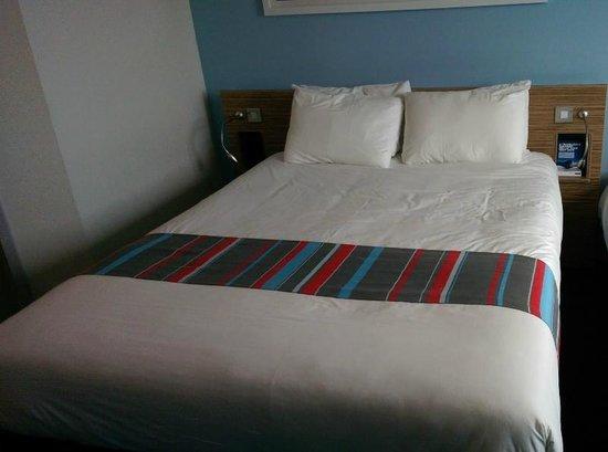 Travelodge Edinburgh Airport Ratho Station Hotel : bed