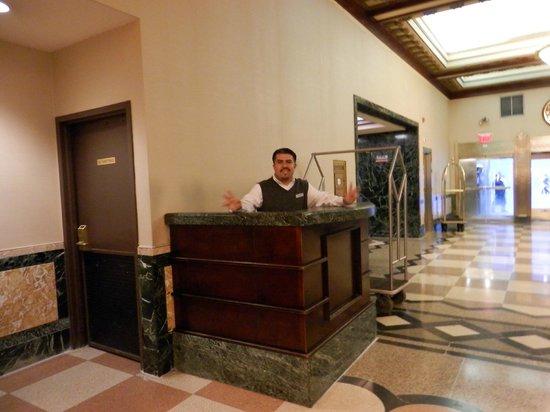 Hotel Edison Times Square: Ao lado desse balcão tem uma caixa de Correio um grande diferecial