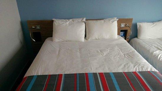 Travelodge Edinburgh Airport Ratho Station Hotel: bed