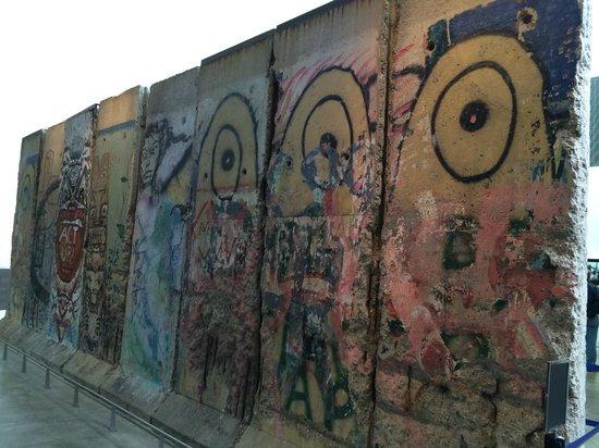Newseum : The Berlin Wall
