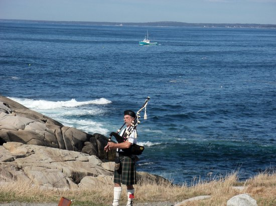 Bruce's Tours: Peggy's Cove piper
