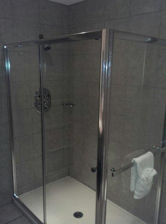 Hotel Le Navigateur : Large shower in queen suite