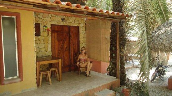 La Hacienda Lodge: En el hall ,terraza de la habitación.
