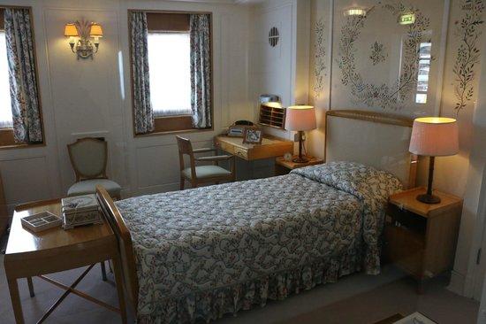 Royal Yacht Britannia: The Queen's bedroom