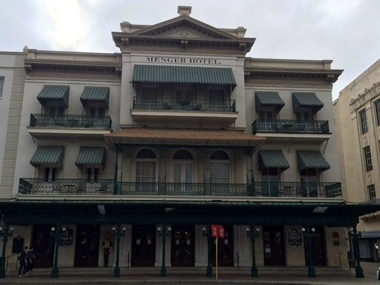 Menger Hotel: Our room was the top right corner (2 awnings)