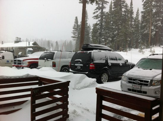 Mammoth Mountain Inn: Looking from the parking lot towards the mountain