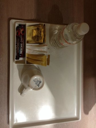Sama Sama Express KL International Airport : Room amenities including cheap coffee cups from Ikea