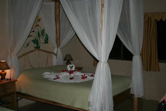 Leaves and Lizards Arenal Volcano Cabin Retreat: Larger of the 2 beds in the Mariposa cabin