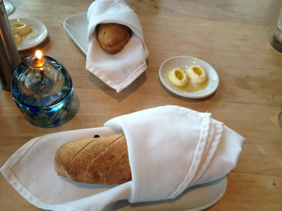 Fetch Restaurant: 食事の前のバケット、オリーブ入りで味はまーまーでした
