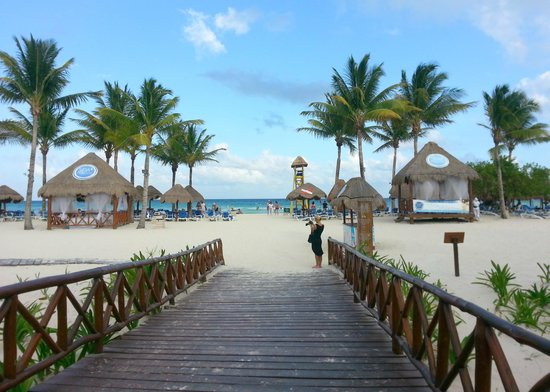 Grand Riviera Princess All Suites Resort & Spa: Walkway to the beach.