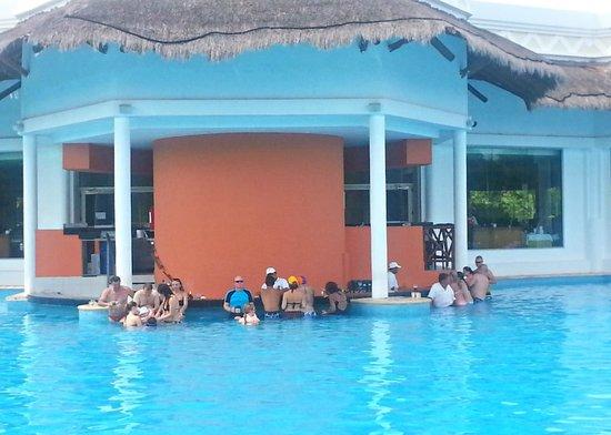 Grand Riviera Princess All Suites Resort & Spa: Swim-up bar