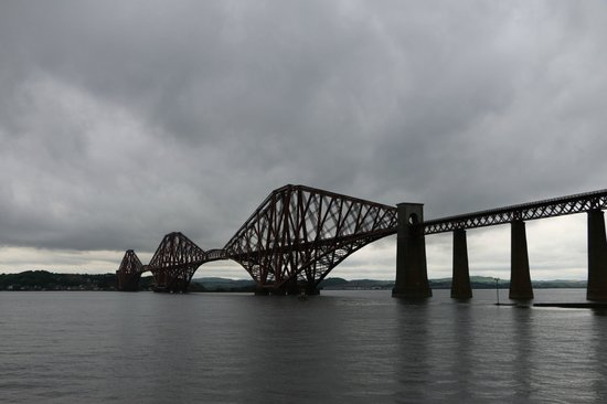 The Hairy Coo - Free Scottish Highlands Tour : Forth Bridge in the rain