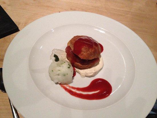 Fetch Restaurant : ミントアイスクリームにシューパイ