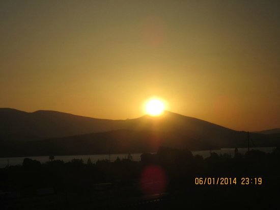 Shilo Inn Suites Hotel - Klamath Falls: Sunset from our room on the 4th floor