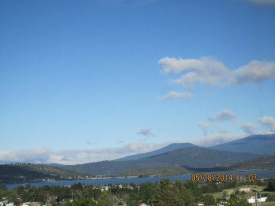 Shilo Inn Suites Hotel - Klamath Falls: View of the lake and mountains early in the AM