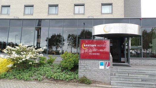 Bastion Hotel Almere: Вход в отель
