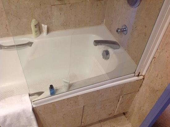 Hotel Beau Rivage : shower and bath combo