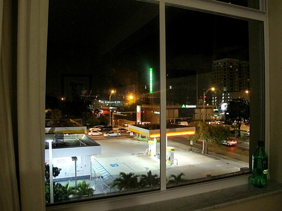 Best Western Premier Miami International Airport Hotel & Suites: Our view to the west (4th floor)