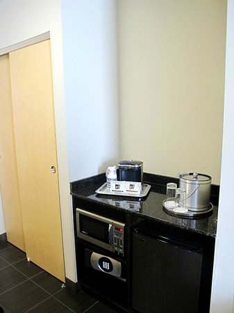 Best Western Premier Miami International Airport Hotel & Suites: Mini fridge, microwave etc NICE!