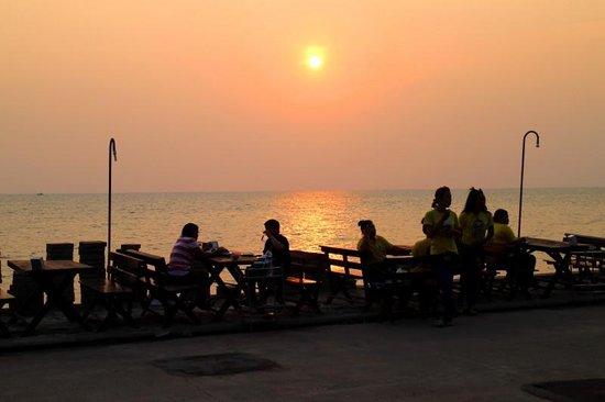 Pupen Seafood: 海辺にもテーブルあり/夕日が綺麗