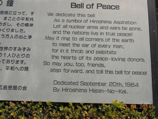 Hiroshima Peace Memorial Park : Placa descritiva do Sino da Paz
