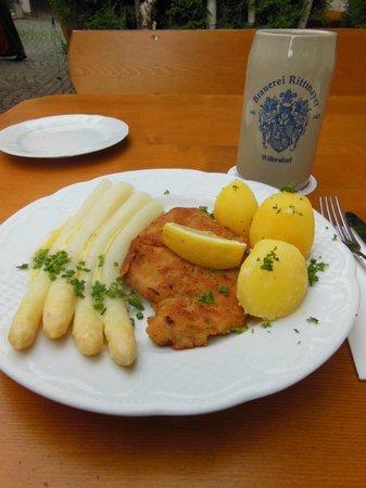 Landgasthof Hotel Brauerei Rittmayer: White asparagus in butter, schnitzel and boiled potatoes
