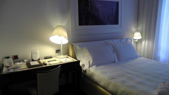 UNA Hotel Cusani : Bedroom with desk.