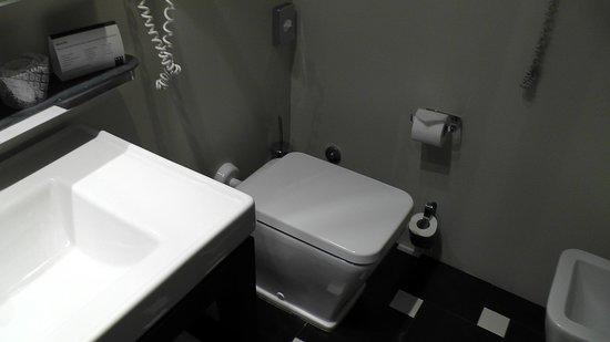 UNA Hotel Cusani : Bathroom with toilet & bidet.
