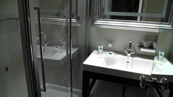 UNA Hotel Cusani : Shower recess & large basin.