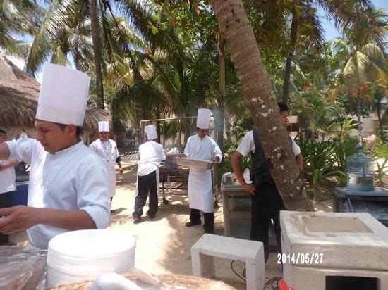 Hotel Riu Playacar: ALMUERZO EN LA PLAYA