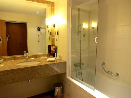 Radisson Blu Hotel, Marseille Vieux Port : Lots of counter space. Half glass in bathtub useless.