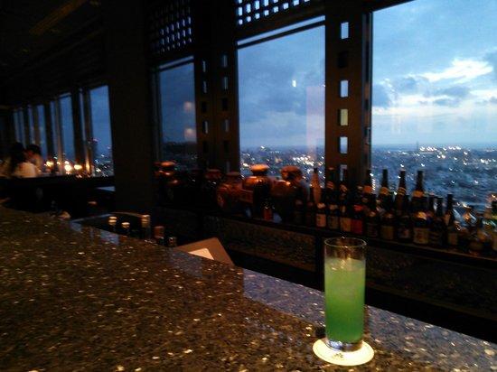 DoubleTree by Hilton Naha Shuri Castle: 最上階のバーの夕暮れ