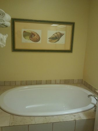 Pink Shell Beach Resort & Marina : Soaking tub in our suite.