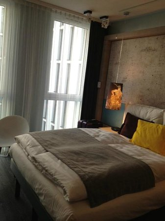 Hotel Indigo Berlin – Centre Alexanderplatz: queen sized bed in a room that has no space to put your bags