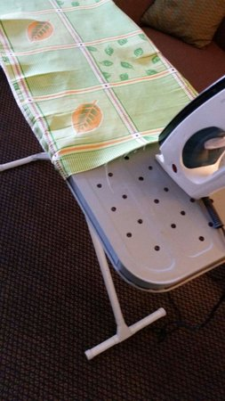 Comfort Suites Airport North: Ironing board