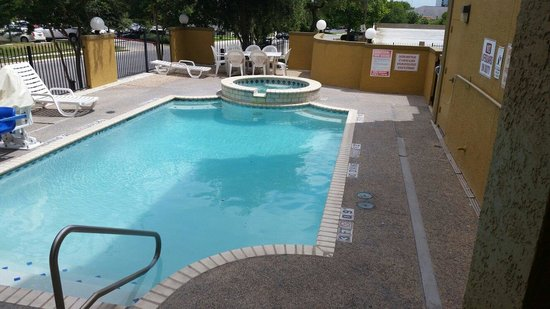 Comfort Suites Airport North: The pool
