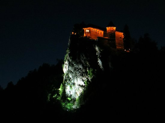 Park Hotel Bled: View of castle at night