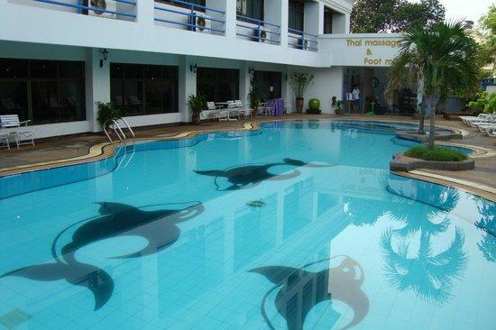 The Camelot Hotel Pattaya: Бассейн рано утром приводят в порядок
