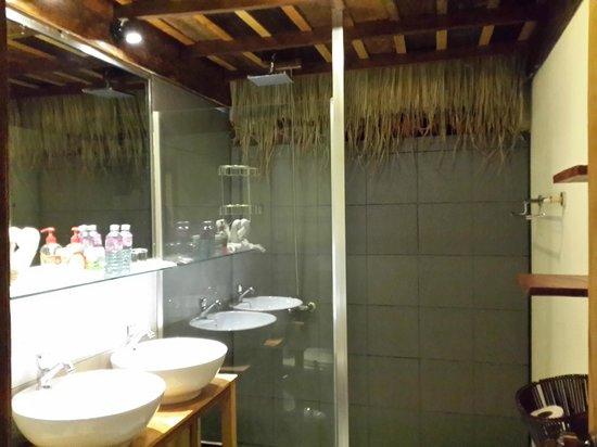 Elephant Garden Hostel: bathroom