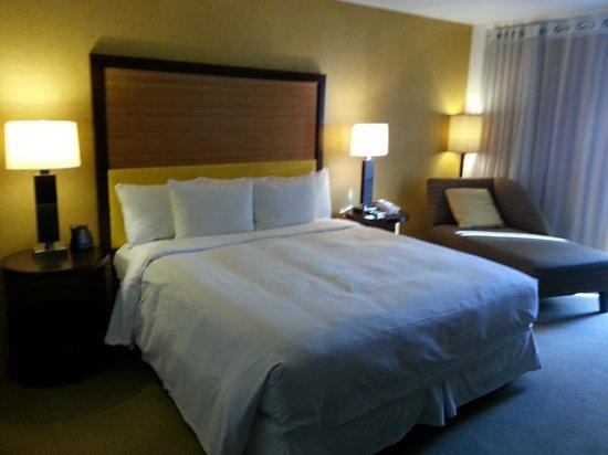 Hilton Waikiki Beach: Comfortable Hilton standard bed