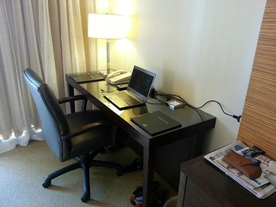 Hilton Waikiki Beach: Decent sized work desk