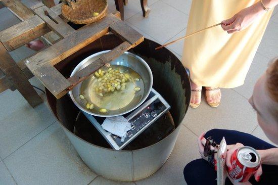 Hoi An Silk Village : boiling them