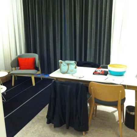 Adina Apartment Hotel Bondi Beach: Table & Chairs