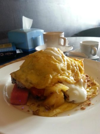 Camory Backpackers Hostel: Pancake with fruit salad for breakfast!