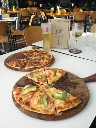 Helm Bar & Bistro: Wonderful pizza's on this day