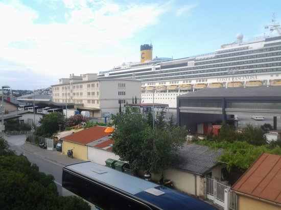 Dubrovnik Apartments Smile: Great view of visiting cruise liners and the bus station