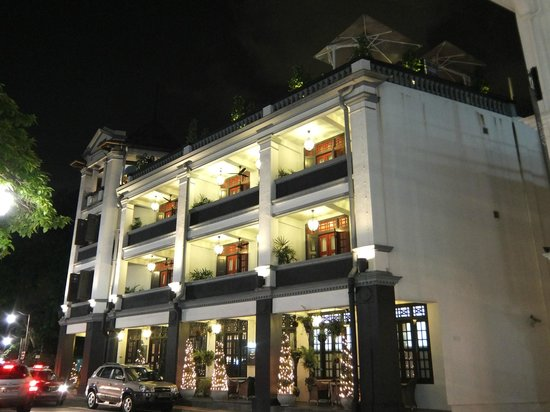 The Scarlet Singapore: outside view with balcony