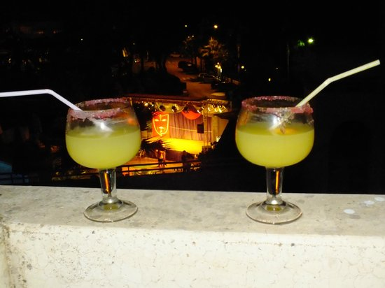 Gavimar La Mirada Club Resort: an evening cocktail while watching the entertainment